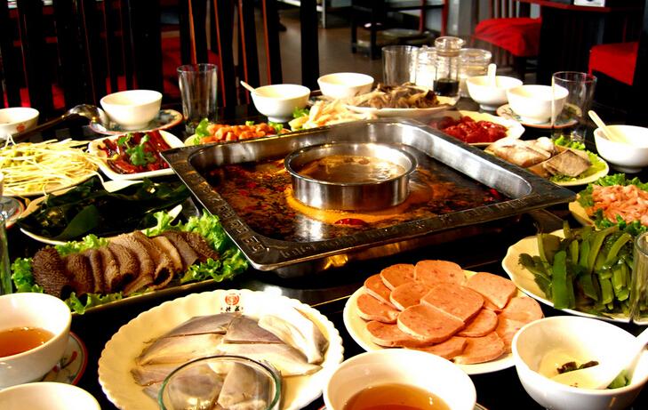 肉类吃了1/3后就开始放蔬菜、菌藻类和豆制品,而不是等到肉类都涮完了再吃。建议蔬菜不要烫太久,一方面能更好地保存营养,另一方面是减少油脂的吸附,如果锅面上有比较多的浮油,应先舀掉再放蔬菜,如果是鸳鸯锅,则最好放在白汤那锅。